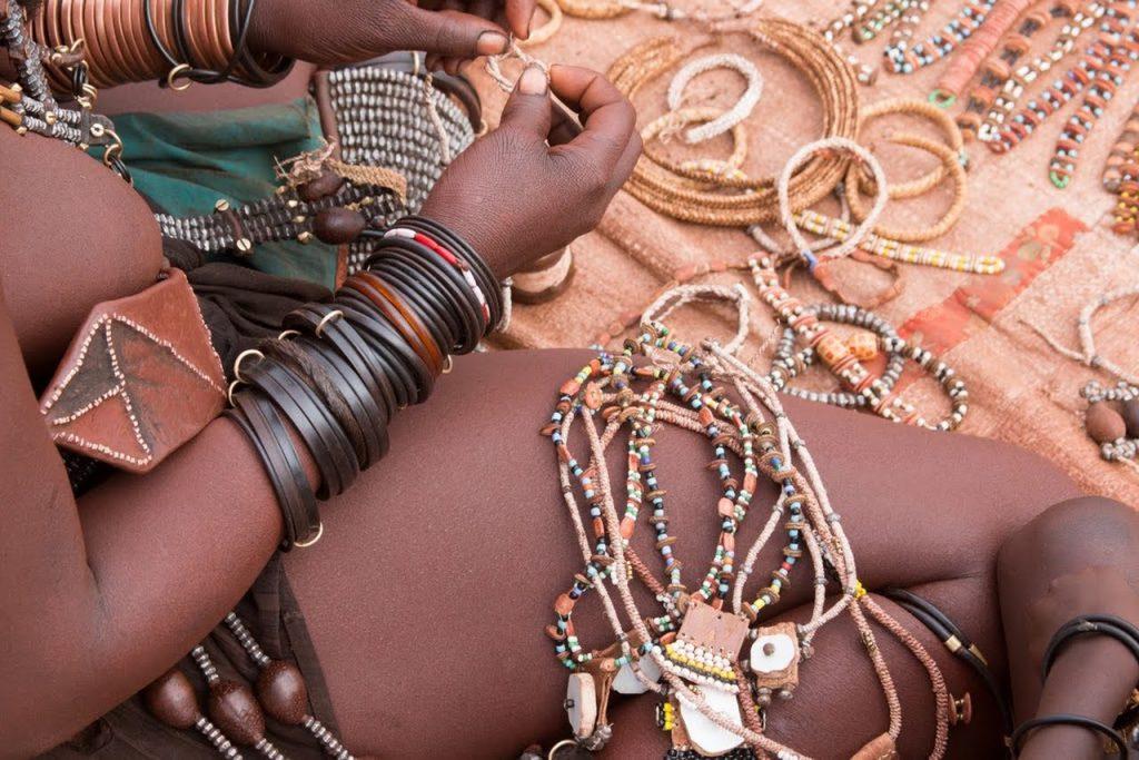 Bu görsel boş bir alt niteliğe sahip; dosya adı himba-jewelry-namibia-tribes-1024x683.jpg